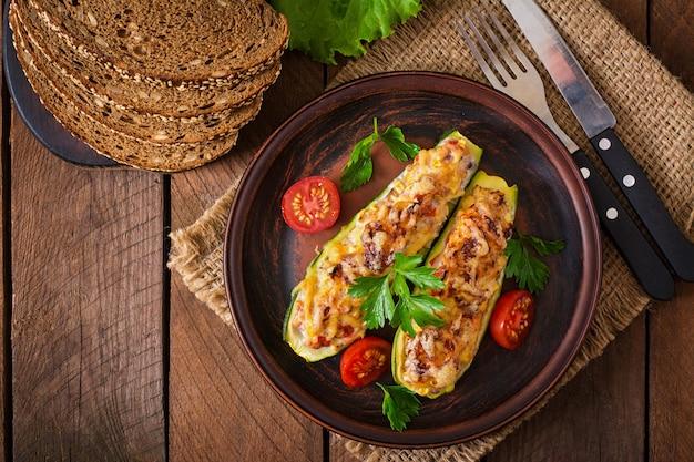 Calabacín relleno con pollo, tomate y cebolla con costra de queso