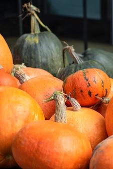 Calabaza de calabaza de halloween sobre un fondo de heno en un fondo de estilo rústico para el lugar de halloween para ...