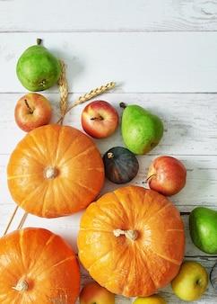 Calabaza de cosecha de otoño. frutas y verduras de cosecha de otoño. calabazas, manzanas, peras, maíz en la mesa. mesa de acción de gracias halloween o otoño estacional. tarjeta de felicitación. cocina de otoño.
