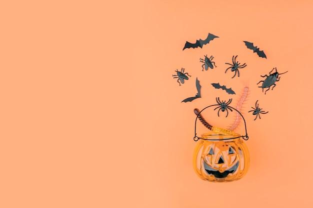 Calabaza de halloween con adornos sobre fondo naranja.