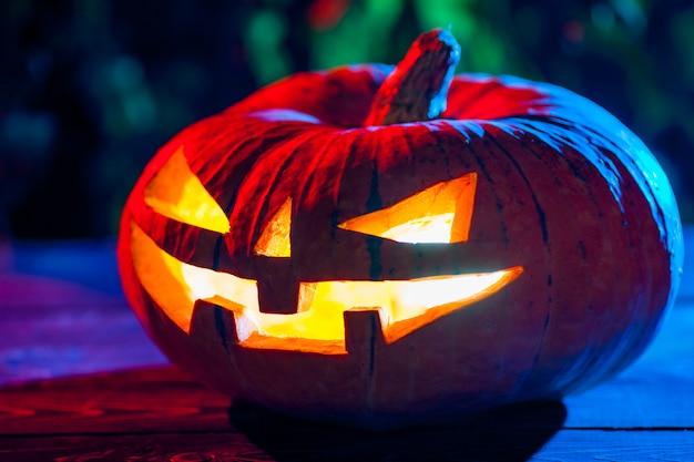 Calabaza de halloween en un bosque místico en la noche.