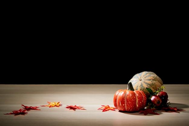 Calabaza de halloween en la mesa de madera pared negra fondo oscuro