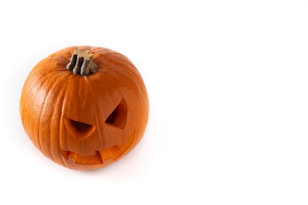 Calabaza de halloween natural aislado sobre fondo blanco.