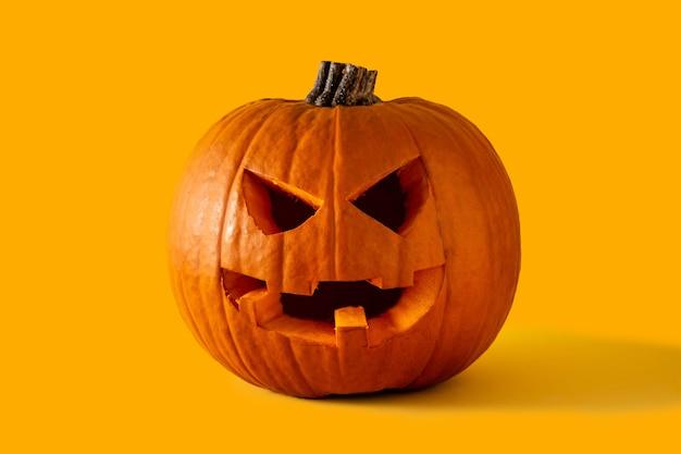 Calabaza de halloween natural sobre fondo amarillo