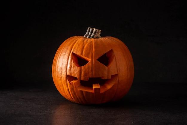 Calabaza de halloween natural sobre fondo negro