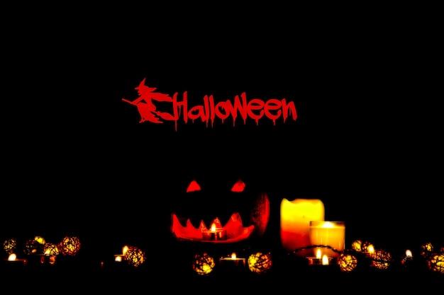 Calabaza de halloween en la oscuridad. enciende lámparas y velas. vacaciones de otoño místicas. detalles festivos. tradición de truco o trato. todos los santos en octubre.