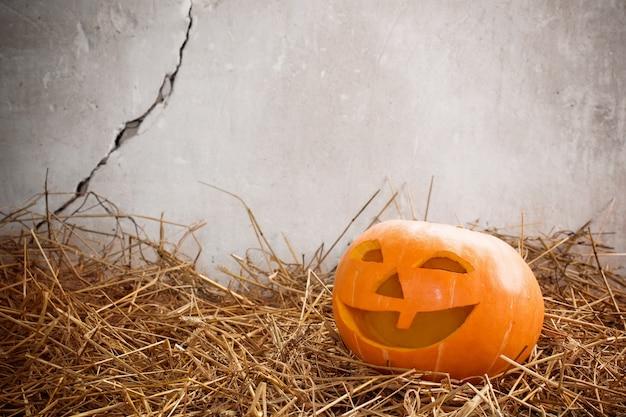 Calabaza de halloween en la pared vieja de fondo