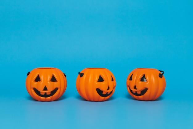 Calabaza de halloween sobre un fondo azul y copia espacio, vista lateral