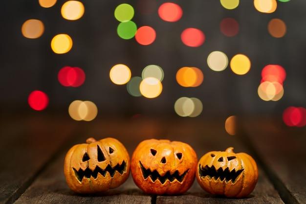 Calabaza de halloween sobre un fondo de luces bokeh