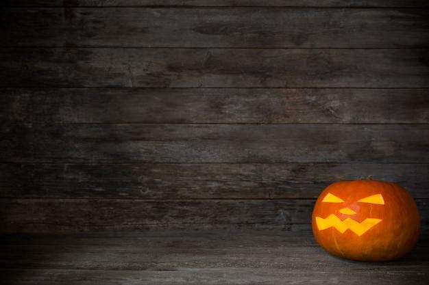 Calabaza de halloween en superficie de madera vieja