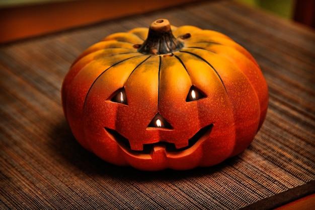 Calabaza de halloween con velas y sobre mesa