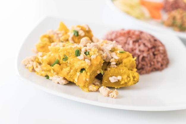 Calabaza de huevo frito con arroz de baya