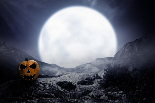 Calabaza de miedo con la luz de la luna