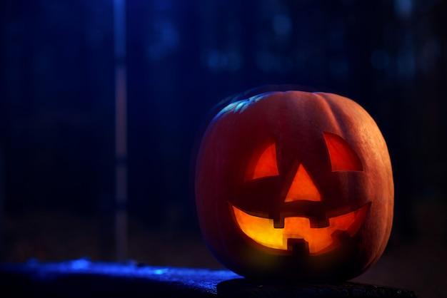 Calabaza roja aterradora con fuego en el interior preparado para halloween.