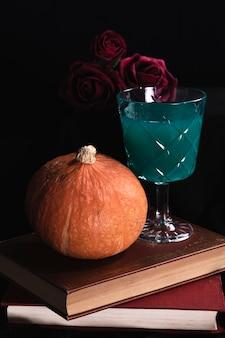 Calabaza con rosas y bebida verde