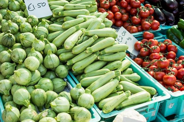 Calabaza de verano en un mercado local de agricultores