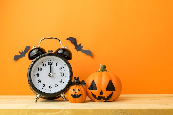 Calabazas de halloween en la mesa de madera