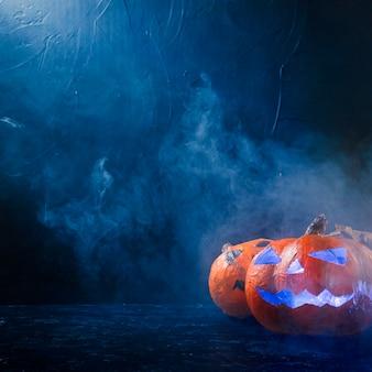 Calabazas de halloween hechas a mano iluminadas en el interior