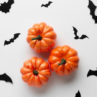 Calabazas decorativas de halloween con murciélagos