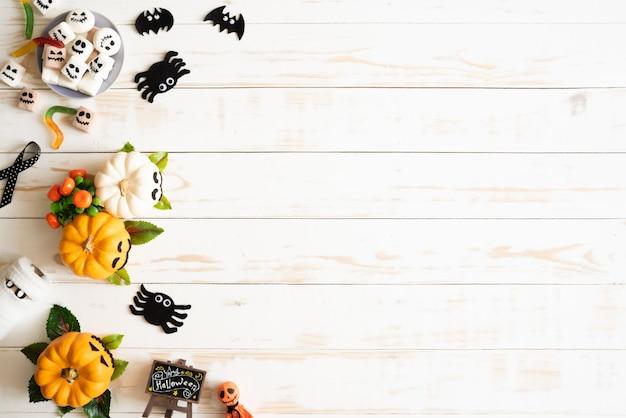 Calabazas fantasmas blancas y amarillas con gusano araña murciélago araña y caja de regalo