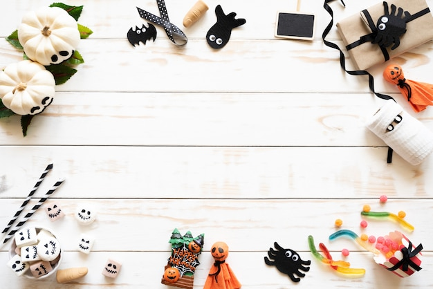 Calabazas fantasmas blancas con murciélago araña momia gusano jalea y caja de regalo