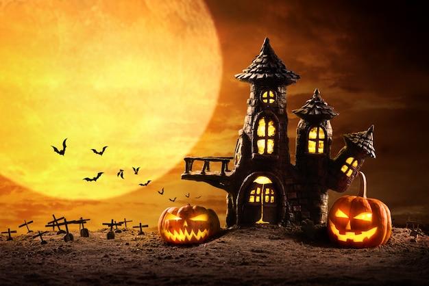 Calabazas de halloween y castillo espeluznante en la noche de luna llena y murciélagos volando