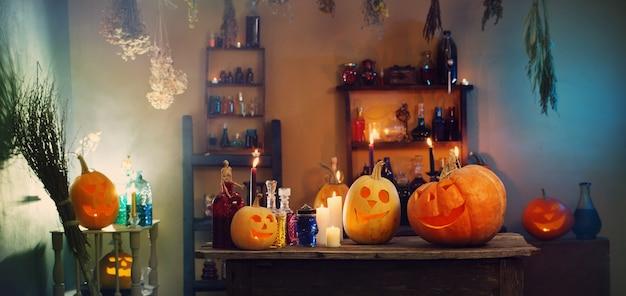 Calabazas de halloween y decoración interior.