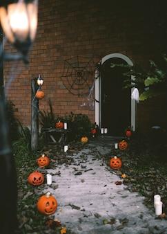 Calabazas de halloween y decoraciones fuera de una casa