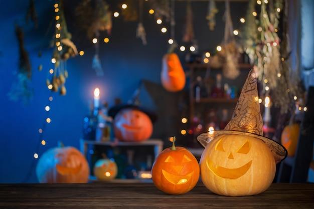 Calabazas de halloween en la mesa de madera antigua en decoraciones de halloween de fondo