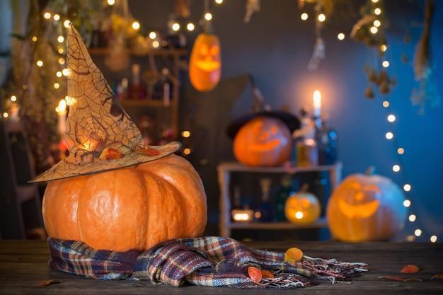 Calabazas de halloween en la mesa de madera antigua decoraciones de halloween