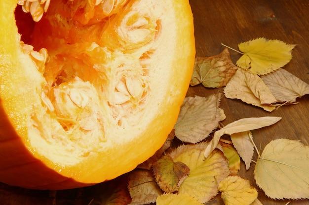 Calabazas con hojas de otoño