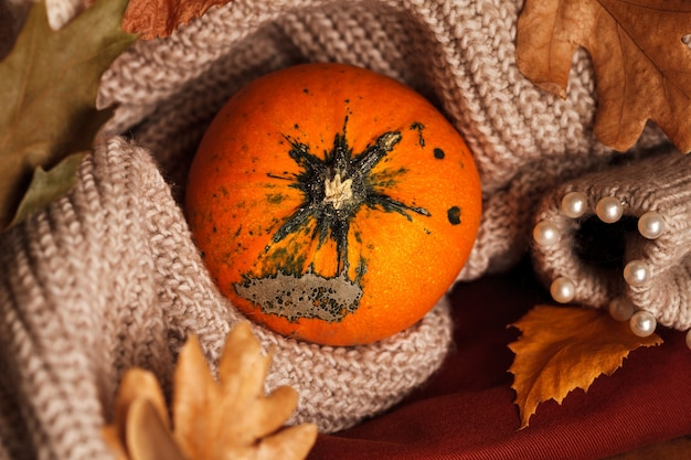 Calabazas naranjas. otoño hojas cálidas y calabaza.