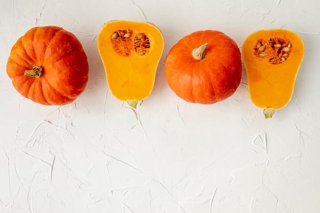 Calabazas naranjas sobre fondo blanco.