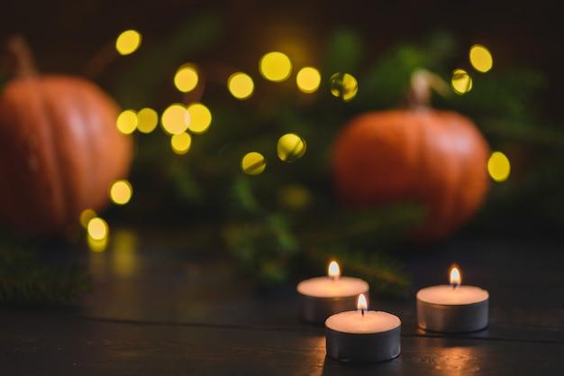 Calabazas de navidad sobre fondo de madera con luces