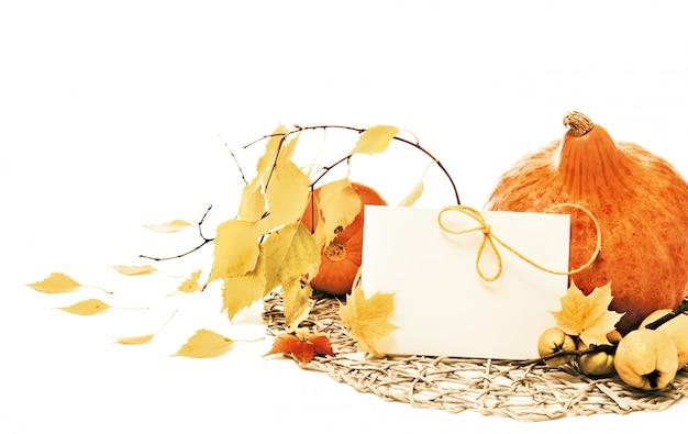 Calabazas otoñales y hojas,