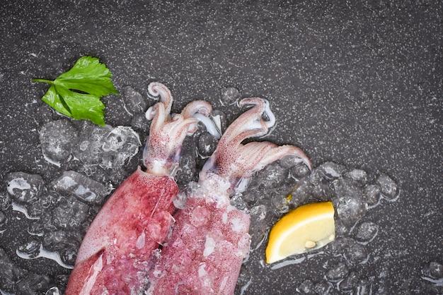 Calamar crudo sobre hielo