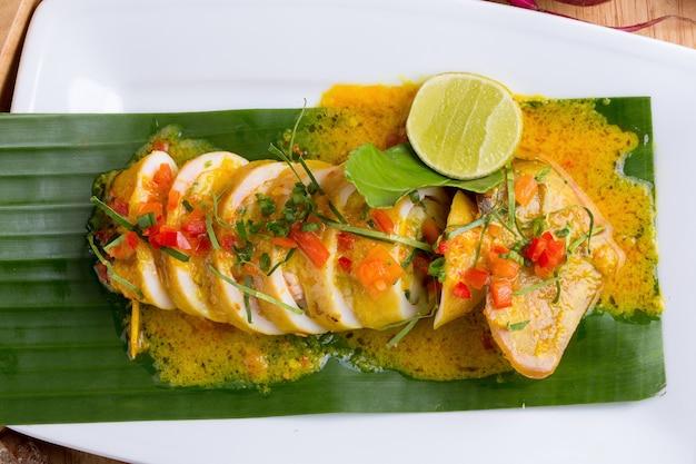 Calamar frito en polvo de curry amarillo.