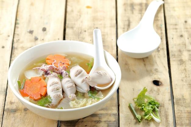 Calamar, zanahoria y sopa de cerdo.