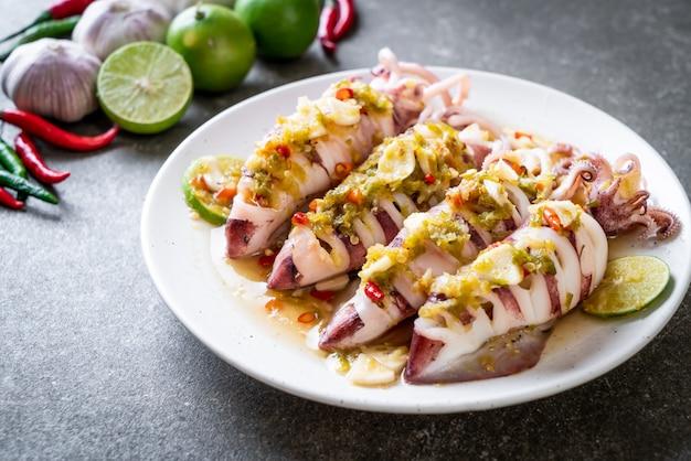 Calamares al vapor con chile picante y salsa de limón