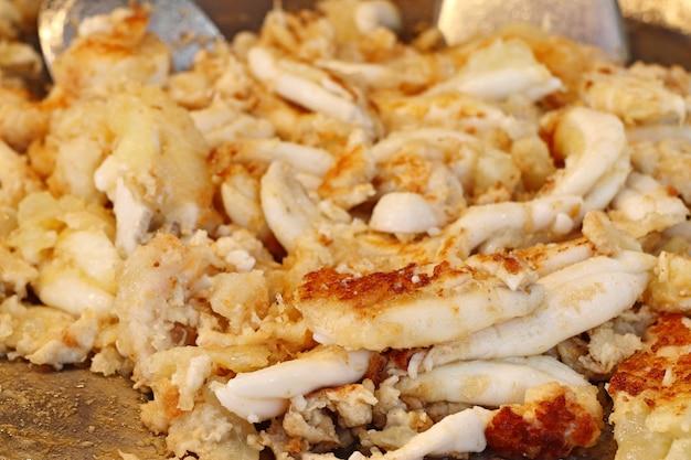 Calamares fritos en la comida de la calle