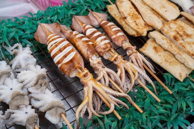 Calamares a la parrilla con barbacoa local, comida callejera tailandesa