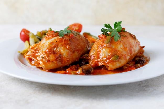 Calamares rellenos con salsa de tomate y verduras