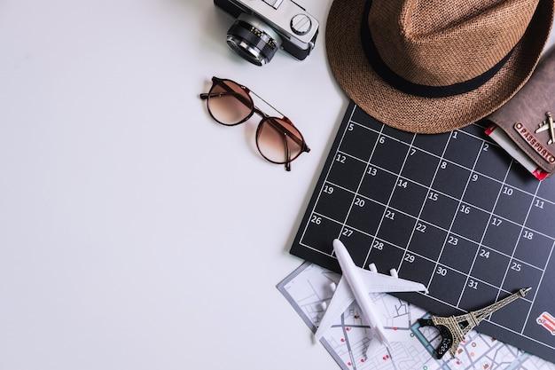 Calandar de vacaciones con cámara y artículos de viaje, vista superior
