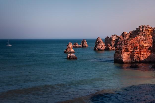 Calas y acantilados en ponta da piedade, el lugar más famoso de la región del algarve, en portugal