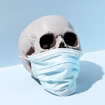 Calavera de halloween espeluznante de primer plano con mascarilla