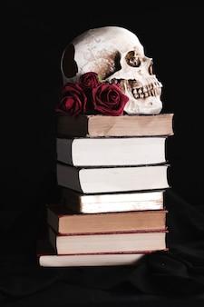 Calavera con rosas en libros