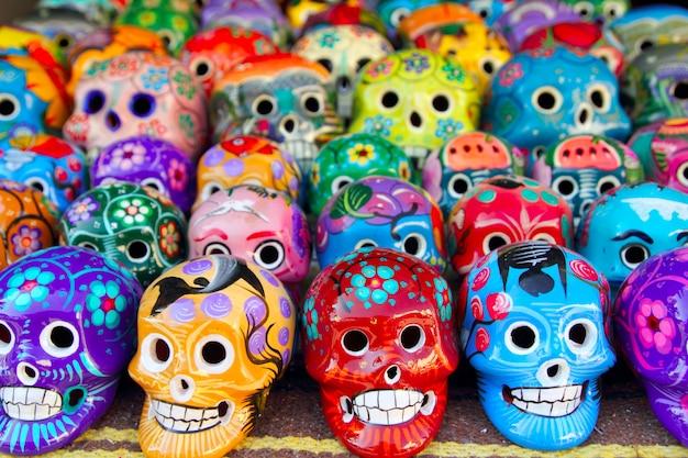 Calaveras aztecas mexicano día de los muertos colorido