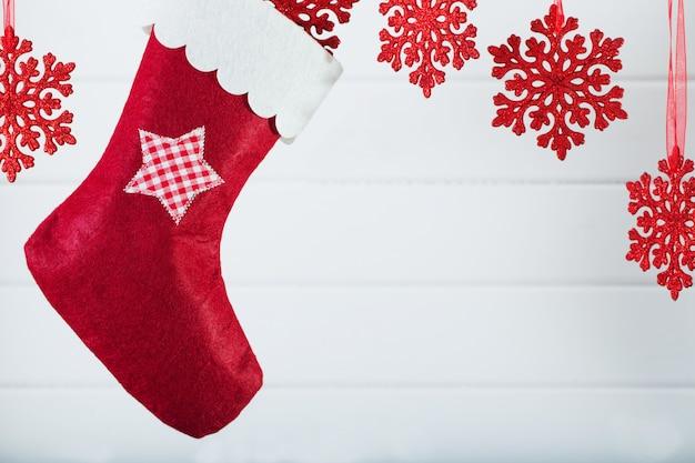 Calcetín de navidad colgando sobre fondo de madera