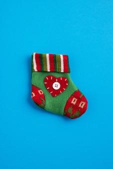 Calcetín de navidad colorido en el fondo azul
