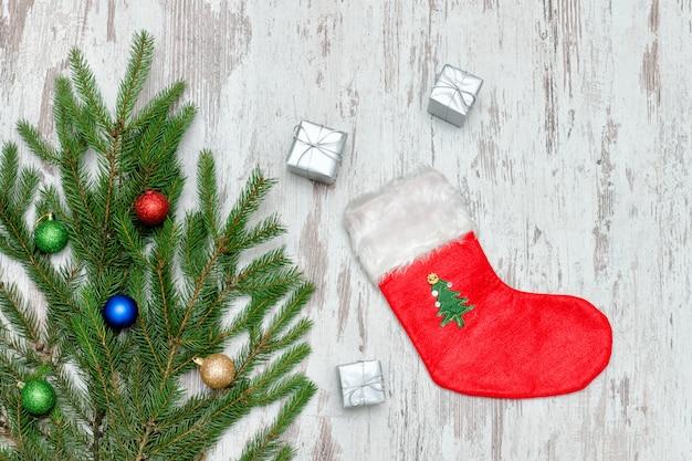 Calcetín rojo de navidad, cajas plateadas